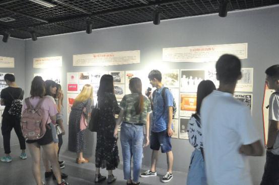 武汉工程大学团员代表参观湖北省纪念共青团成立95周年档案展