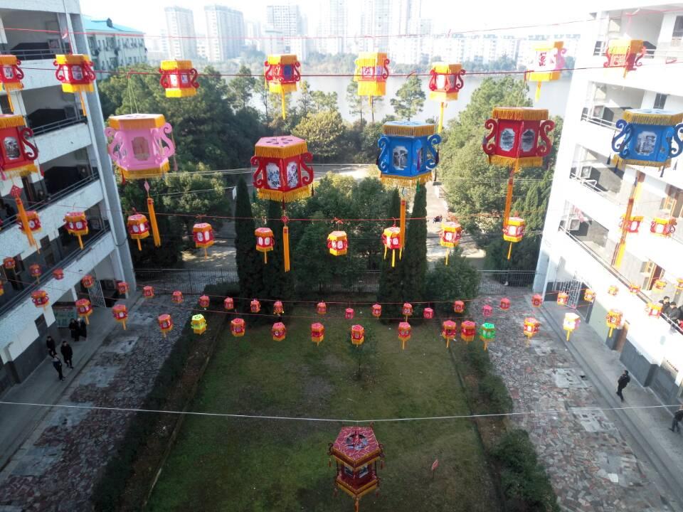 鄂州职业大学学子自制200余盏宫灯迎新年