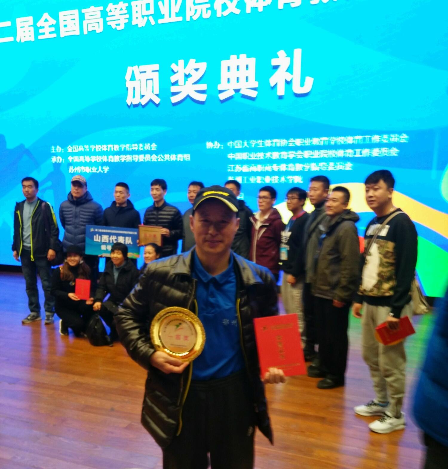 鄂州职业大学体育名师一人独揽两项国家一等奖 曾指导学生获50余枚金牌 获奖证书堆高近1米
